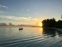 Bateau sur l'ocen au coucher du soleil Photographie stock libre de droits