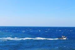 Bateau sur la mer Photos stock