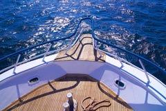Bateau sur la mer avec une plate-forme en bois images libres de droits