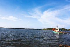 Bateau sur la mer dans le jour de ciel nuageux photographie stock libre de droits