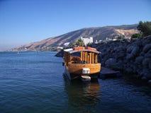 Bateau sur la mer de la Galilée, du Kinneret, du lac de Gennesaret, ou du lac Tibériade Photographie stock libre de droits