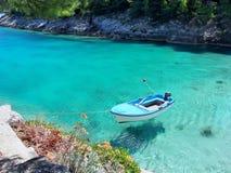 Bateau sur la mer lumineuse, claire, bleue Photographie stock
