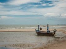Bateau sur la plage quand marée basse Photo libre de droits