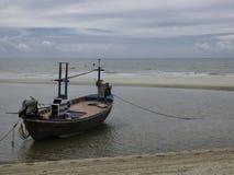 Bateau sur la plage quand marée basse Photos stock