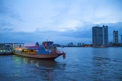 Bateau sur la rivière photo libre de droits