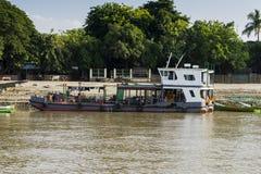 Bateau sur la rivière photo stock
