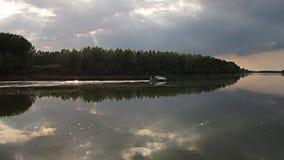 Bateau sur la rivière photos stock