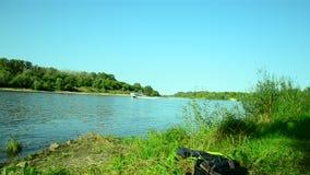 Bateau sur la rivière clips vidéos