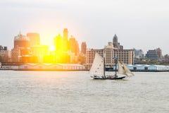 Bateau sur la rivière au lever de soleil Images libres de droits