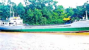 Bateau sur la rivière d'Essequibo photographie stock