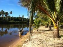 Bateau sur la rivière près du bech Photos libres de droits