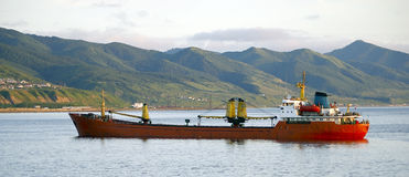 bateau sur la route près de l'île Sakhaline Photo stock