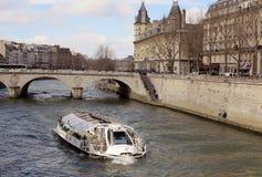 Bateau sur la Seine photographie stock libre de droits