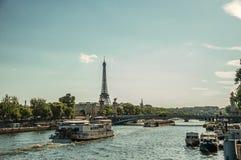 Bateau sur la Seine, le pont et le Tour Eiffel au coucher du soleil à Paris Images libres de droits