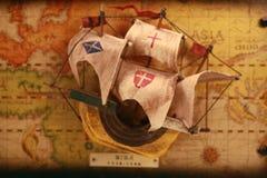 Bateau sur la vieille carte Image stock