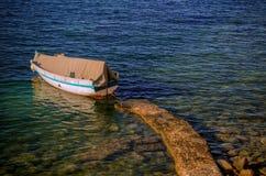 Bateau sur le bord de la mer Photographie stock libre de droits