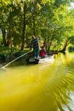 Bateau sur le canal dans les jardins de flottement d'Amiens de hortillonnages Photographie stock libre de droits
