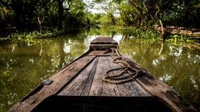 Bateau sur le canal du delta du Mékong en Asie photos libres de droits