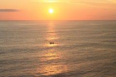 Bateau sur le coucher du soleil de l'île de Bali Photos stock
