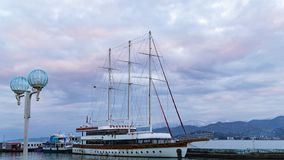 Bateau sur le dock contre le ciel après coucher du soleil photos stock