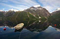 Bateau sur le fjord dans Eikesdal Photographie stock libre de droits