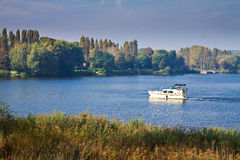 Bateau sur le fleuve. Photographie stock libre de droits