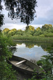 Bateau sur le fleuve Images stock