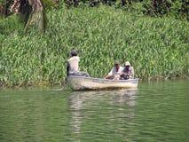 Bateau sur le fleuve de Chavon images stock