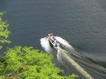 Bateau sur le fleuve de Chavon images libres de droits
