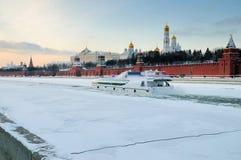 Bateau sur le fleuve de l'hiver Image stock