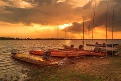 Bateau sur le fond de coucher du soleil dans la campagne Photographie stock