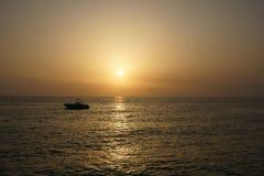 Bateau sur le fond de coucher du soleil en Turquie image stock