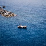 Bateau sur le fond de la mer ligurienne photographie stock