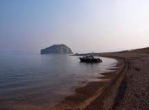 Bateau sur le fond de la petite île Image stock