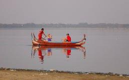 Bateau sur le lac Amarapura au pont d'Ubein Image libre de droits
