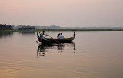 Bateau sur le lac Amarapura au pont d'Ubein Photographie stock libre de droits