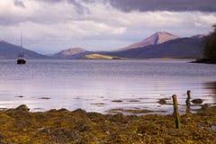 Bateau sur le lac avec des montagnes photographie stock libre de droits