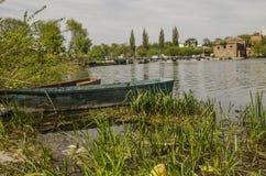 Bateau sur le lac avec une réflexion dans l'eau au coucher du soleil Photo stock