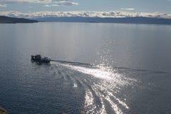 Bateau sur le lac Baïkal Photographie stock libre de droits