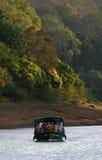 Bateau sur le lac de forêt Image stock