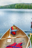 Bateau sur le lac du nord ontario pendant l'été photos stock