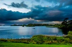 Bateau sur le lac Leane de lac en parc national de Killarney en Irlande Photos stock