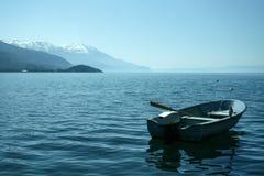 Bateau sur le lac Ohrid, dans le du sud de la république de Macédoine, dans un matin tôt de ressort Images libres de droits