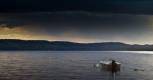 Bateau sur le lac pittoresque Photographie stock libre de droits