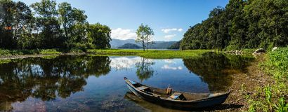 Bateau sur le lac tranquille Yojoa au Honduras Photos stock