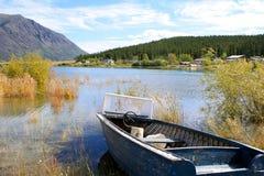 Bateau sur un lac Photographie stock libre de droits