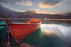 bateau sur un lac de montagne d'amarrage photo libre de droits