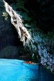 Bateau sur un lac souterrain de turquoise image stock