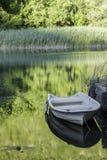 Bateau sur une rivière images stock