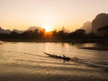 Bateau thaïlandais de long-queue en rivière de Nam Song photos libres de droits